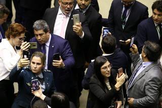 Deputados do PSL fazem lives em redes sociais durante a votação em Brasília, DF