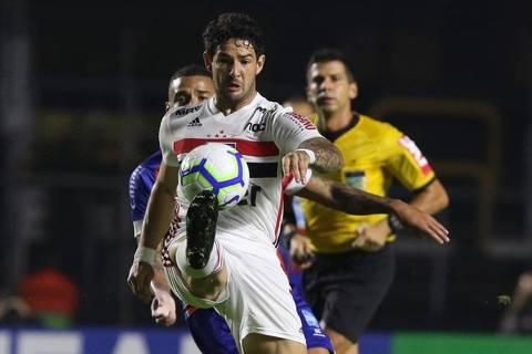 Alexandre Pato domina a bola na partida contra o Bahia, no Morumbi, no jogo de ida das oitavas de final da Copa do Brasil