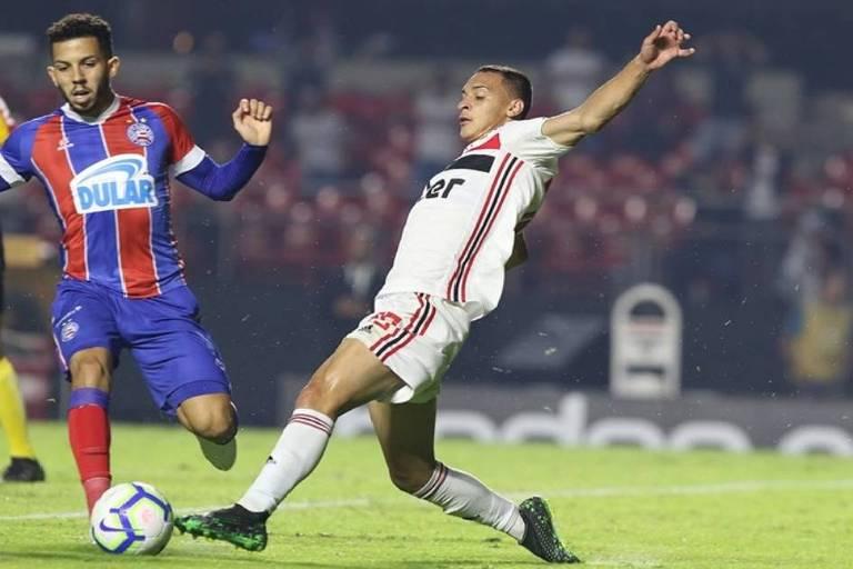 Antony, do São Paulo, divide a bola com rival do Bahia no duelo de ida das semifinais da Copa do Brasil, no Morumbi