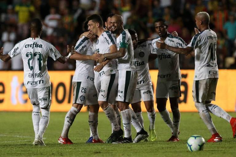 Jogadores do Palmeiras comemoram gol marcado contra o Sampaio Corrêa, pela Copa do Brasil