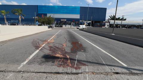 SAO PAULO, SP, 18/05/2018, BRASIL - ACIDENTE NA ARICANDUVA MATA CASAL - 12:18:25 - Um motorista de caminhao-cegonha fez uma conversao proibida e bateu em uma moto, na madrugada desta sexta-feira (18), na Zona Leste da cidade de Sao Paulo. Duas pessoas morreram no local. Geral do local  do acidente. (Rivaldo Gomes/Folhapress, NAS RUAS) - ***EXCLUSIVO AGORA*** EMBARGADA PARA VEICULOS ONLINE***UOL, FOLHAPRESS E FO LHA.COM CONSULTAR FOTOGRAFIA DO AGORA***FONES 32242169 E 32243342***