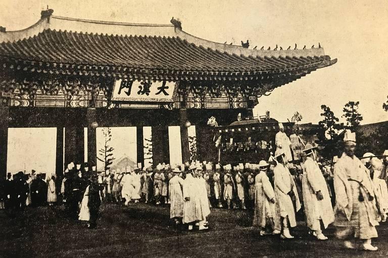 Cortejo fúnebreao imperador Gojong (1919), que integra a exposição Liberdade e Paz, no Centro Cultural da Coreia