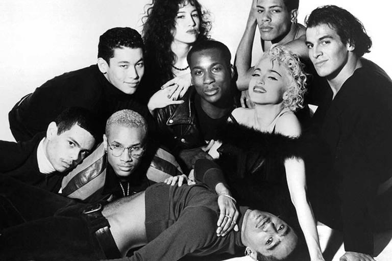"""Madonna e os dançarinos em 1990, durante a turnê """"Blond Ambition"""""""
