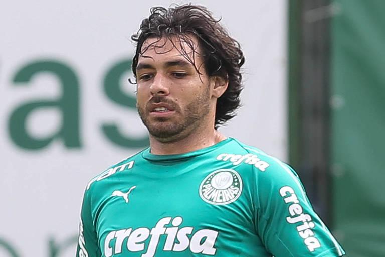 O meia-atacante Ricardo Goulart durante treinamento do Palmeiras na Academia de Futebol. Após cinco meses no clube, jogador rescinde contrato e vai retornar ao futebol chinês.