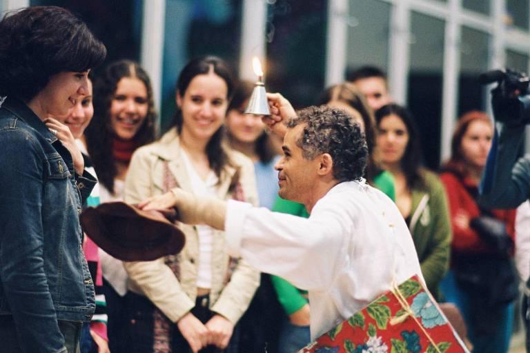 """O ator Gero Camilo em cena de sua peça """"Procissão"""", em São José do Rio Preto, em 2004"""