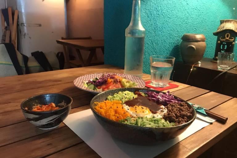 Almoço-executivo do bar coreano Nuna inclui salada, porção de kimchi, água, fruta e prato principal (R$ 27); uma das opções é o bibimbap, que mistura arroz branco, vegetais, carne e ovo