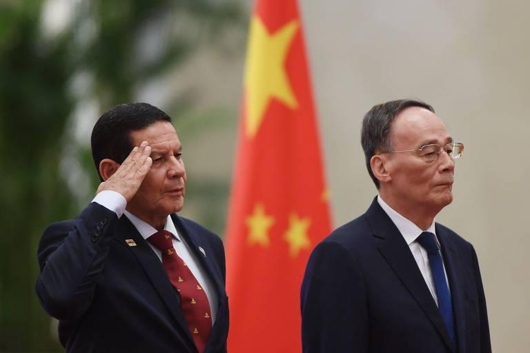 O vice-presidente brasileiro, Hamilton Mourão, e o vice-presidente chinês, Wang Qishan, em evento em Pequim nesta quinta-feira (23)