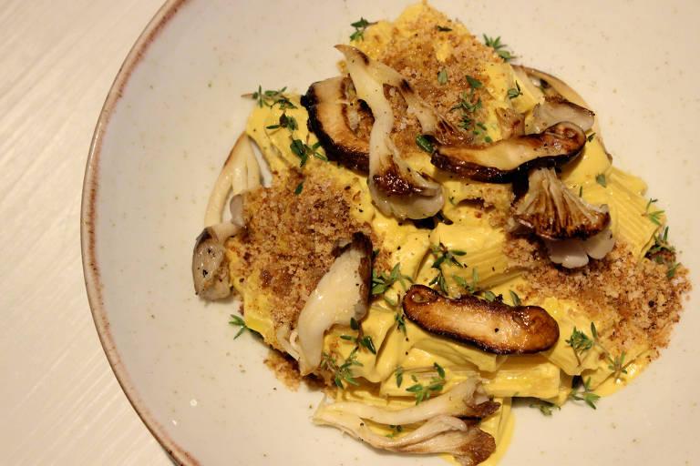 Mac'n'cheese vegano do Plantmade tem molho de queijo de castanhas, cogumelo paris grelhado e farofinha de tofu defumado