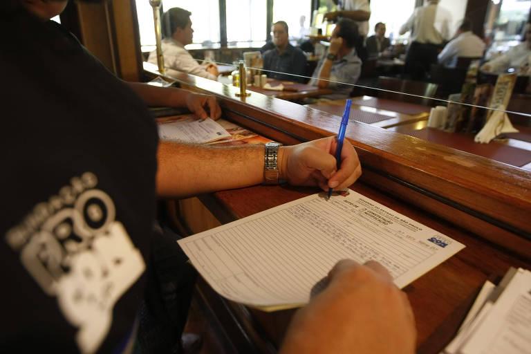 Empresas entram na Justiça contra taxa cobrada por reclamação no Procon