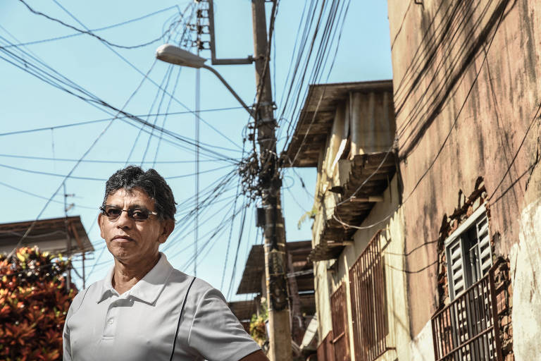 Claudio Antonio em uma rua com postes cheios de fios