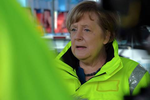German Chancellor Angela Merkel gives a statement as she visits the Container Terminal Altenwerder at the harbour in Hamburg, northern Germany on Mai 6, 2019. (Photo by PATRIK STOLLARZ / AFP)