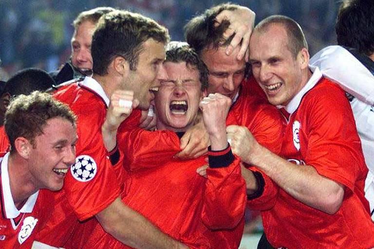 Solskjaer (no centro, de punhos cerrados) é abraçado pelos companheiros após fazer o gol do título da Champions League de 1999