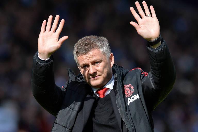 Solskjaer faz saudação aos torcedores após partida do Manchester United contra o Huddersfield