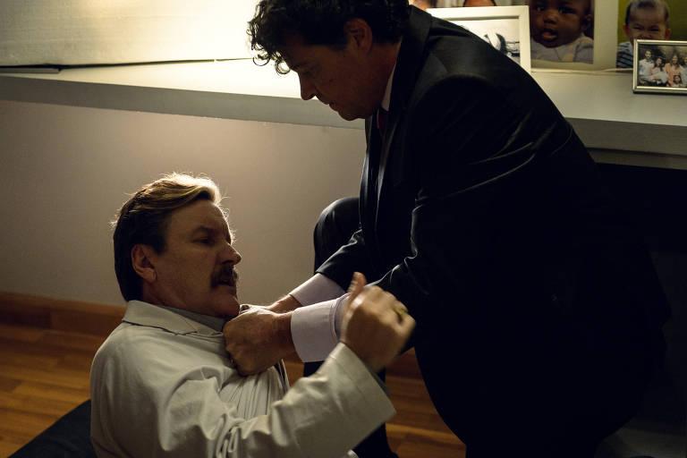 Ronaldo ( Felipe Camargo ) invade a clínica em direção à sala do Roger ( Antônio Calloni ) na minissérie Assédio