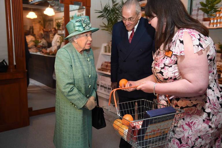 Rainha Elizabeth ganha laranjas em visita a uma réplica do Sainsbury