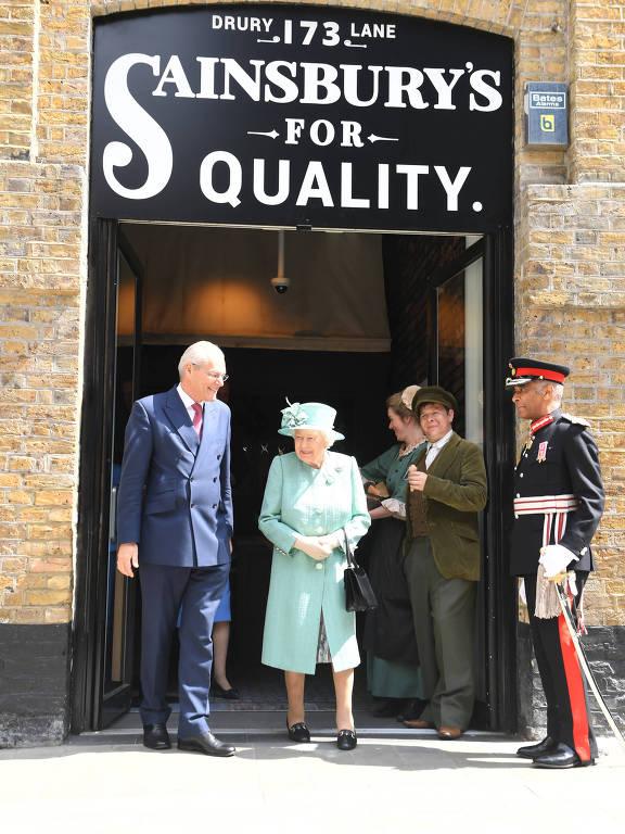 Rainha Elizabeth faz visita surpresa à replica do supermercado Sainsbury