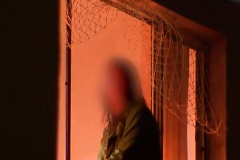 Fernanda Fernandes, sentada à janela de apartamento na zona oeste de SP após atirar a filha
