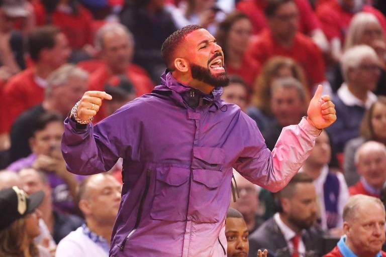 Drake durante o jogo entre Raptors e Bucks no último domingo (19)