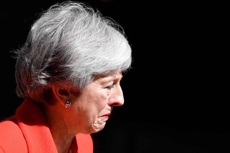 A primeira-ministra britânica, Theresa May, chora durante o discurso em que anunciou sua renúncia