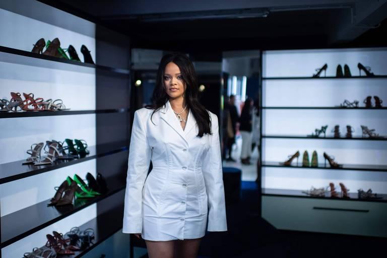 Rihanna posa em loja pop-up da marca LVMH para divulgar a sua primeira coleção