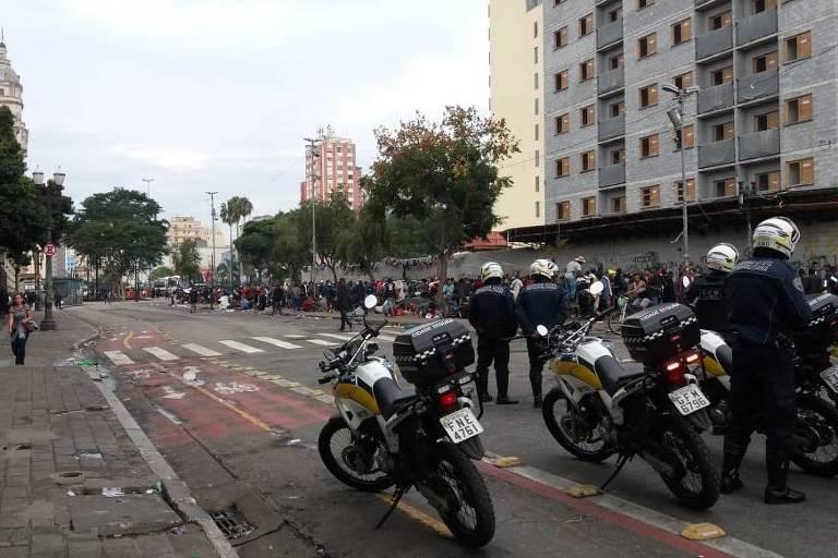 Agentes em frente ao fluxo da cracolândia, na região central de SP, após confronto