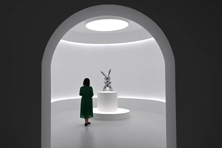 Mulher observa a escultura 'Rabbit' (1986), de Jeff Koons, vendida na última semana por R$ 367,8 milhões