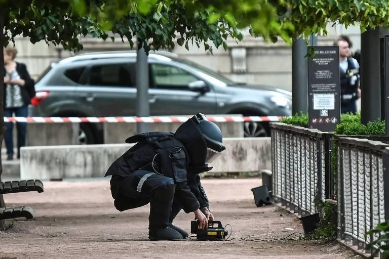 Especialista em bombas em área da cidade de Lyon, na França, na qual um pacote suspeito de ter uma bomba foi deixado