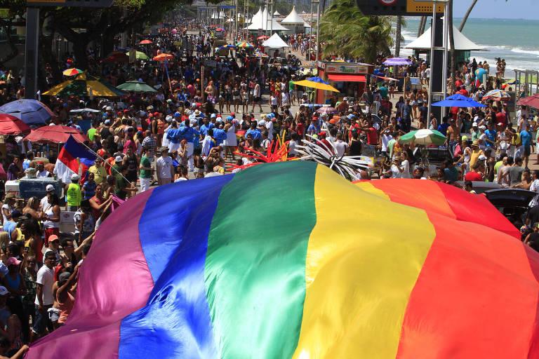 Bandeira LBGT é estendida na orla da praia de Boa Viagem (Recife) durante a Parada Gay