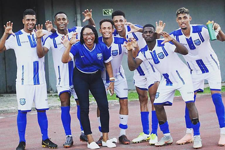 Ivone Souza, mãe de Anderson Talisca, ao lado de jogadores do Olímpia