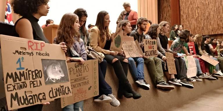 Estudantes brasileiros participam da Greve Global pelo Clima em São Paulo, em 24 de maio