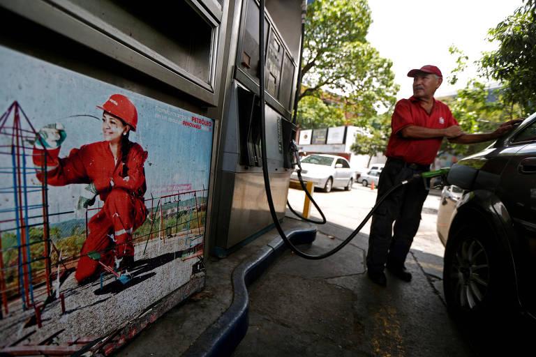 Funcionário de posto de gasolina da estatal PDVSA em Caracas