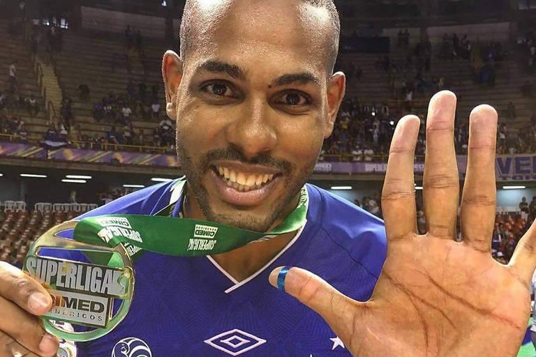 Leal com sua medalha de campeão da Superliga pelo Sada Cruzeiro; ele se naturalizou brasileiro e defenderá a seleção a partir deste ano