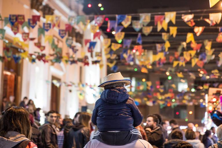 Público na festa junina da Quermesse do Calvário, na Rua Cardeal Arcoverde