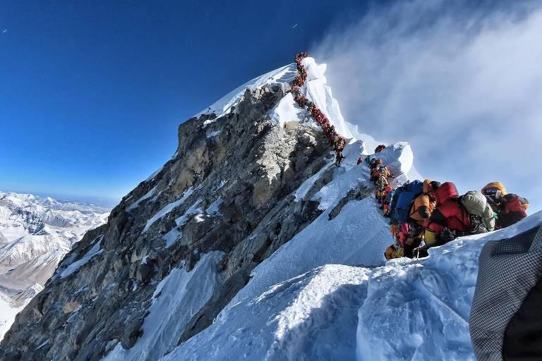 Foto feita pelo escalador Nirmal Purja mostra engarrafamento de montanhistas no Everest