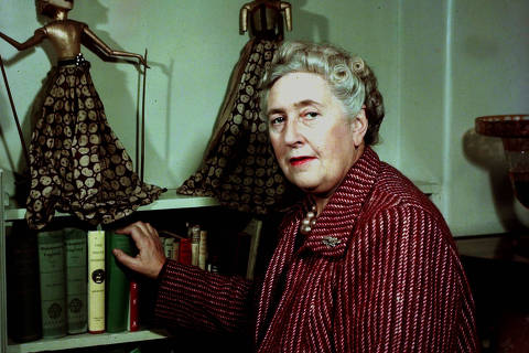 *** FOTO PAGA PELA ILUSTRADA***  Literature, pic: 1949, English detective novelist Agatha Christie, (1890-1976) pictured at her home, She created the characters Hercule Poirot and Miss Marple  (Photo by Popperfoto/Getty Images) ORG XMIT: 571924291,134253562