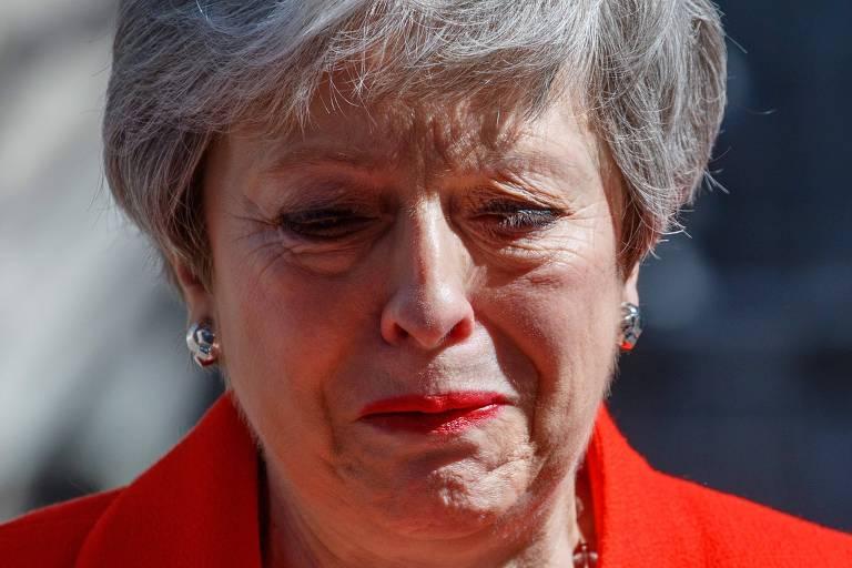 A primeira-ministra britânica, Theresa May, chora durante discurso no qual anunciou sua renúncia