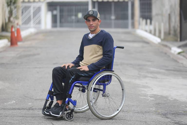 Eric Vlatkovic é paraplégico. Ele estava hospedado num hotel do RJ e chamou um Uber para levá-lo ao aeroporto. O motorista se recusou, alegando que a cadeira de rodas sujaria o banco do carro