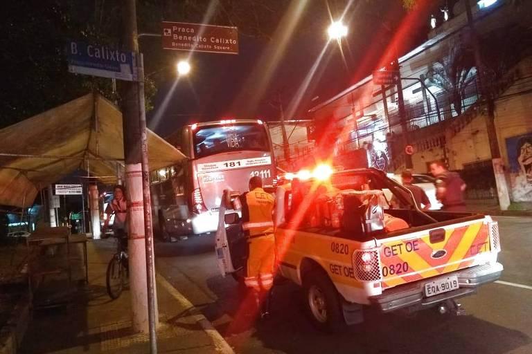 Viatura da CET interdita faixa na rua Cardeal Arcoverde após homem ser morto em tentativa de assalto a ônibus