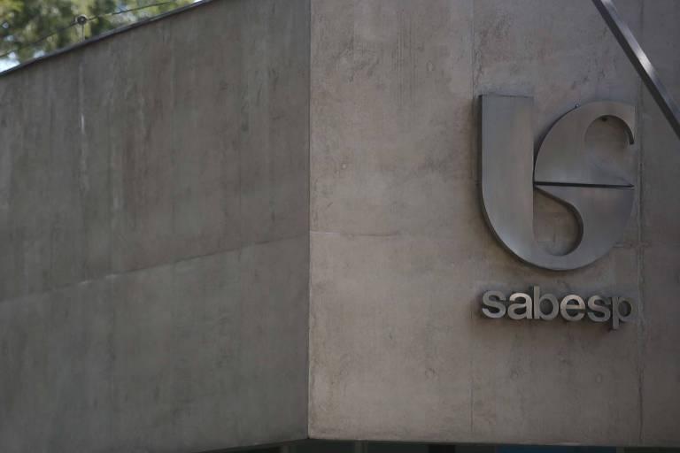 O aposentado Carlos Roberto Ribeiro, 65 anos, diz que problema é competência da Sabesp