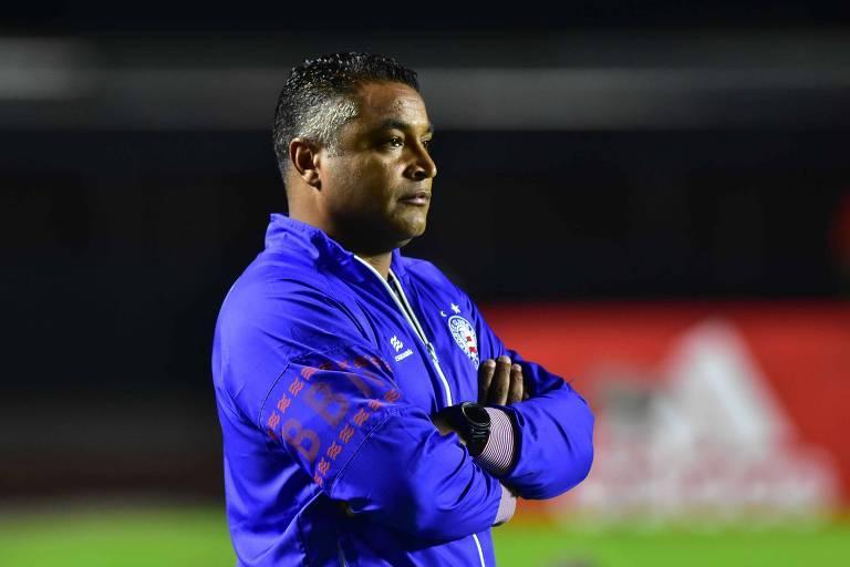 Roger Machado observa jogo do Bahia contra o São Paulo no Morumbi