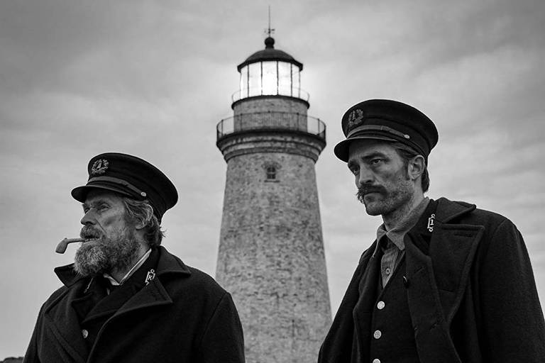 Cena do longa 'The Lighthouse', com Willem Dafoe e Robert Pattinson