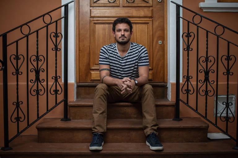 Retrato de Michel Rassy, que cursou MBA na Espanha, sentado na porta de uma casa