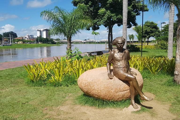 Estátua sobre uma pedra do físico Albert Einstein, recém-inaugurada na margem esquerda do rio Acaraú, em Sobral (CE)