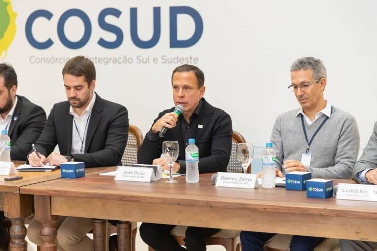 O governador de SP, João Doria (PSDB), entre o governador do RS, Eduardo Leite (PSDB), e o de MG, Romeu Zema (Novo), no Cosud