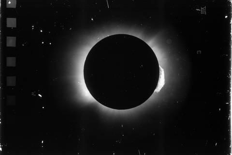 Uma das chapas fotográficas do eclipse solar em 1919, obtidas em Sobral, no Ceará. (Observatório Nacional).