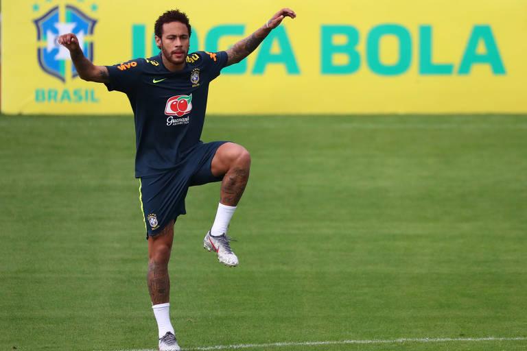Neymar salta durante treino na Granja Comary em preparação para a Copa América