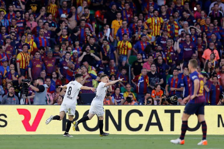 Com Arthur desfocado em primeiro plano, Gameiro comemora gol do Valência contra o Barcelona na final da Copa do Rei