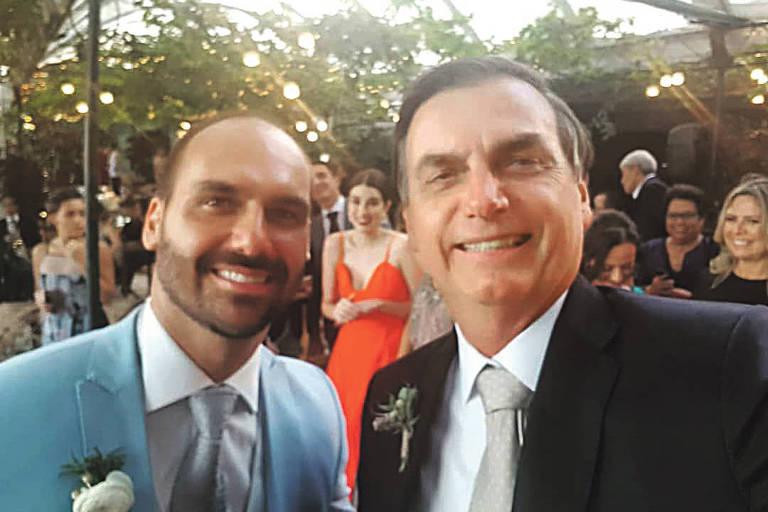 Foto publicada pelo presidente Jair Bolsonaro com o filho Eduardo, que se casou neste sábado no Rio