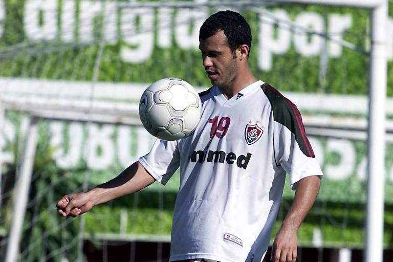 O jogador Roni brinca com a bola durante treino do Fluminense, no estádio das Laranjeiras
