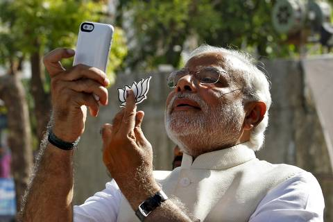 Indian Prime Minister Narendra Modi takes a selfie with a mobile phone in the western Indian city of Ahmedabad in this April 30, 2014 file photo.   REUTERS/Amit Dave/Files  FROM THE FILES PACKAGE 'POLITICIAN SELFIES'. SEARCH 'POLITICIAN SELFIES' FOR ALL 13 IMAGES ORG XMIT: FTF03